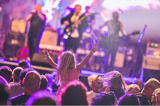 Ein kleines Mädchen auf einem Konzert bei der Ironroad for Children